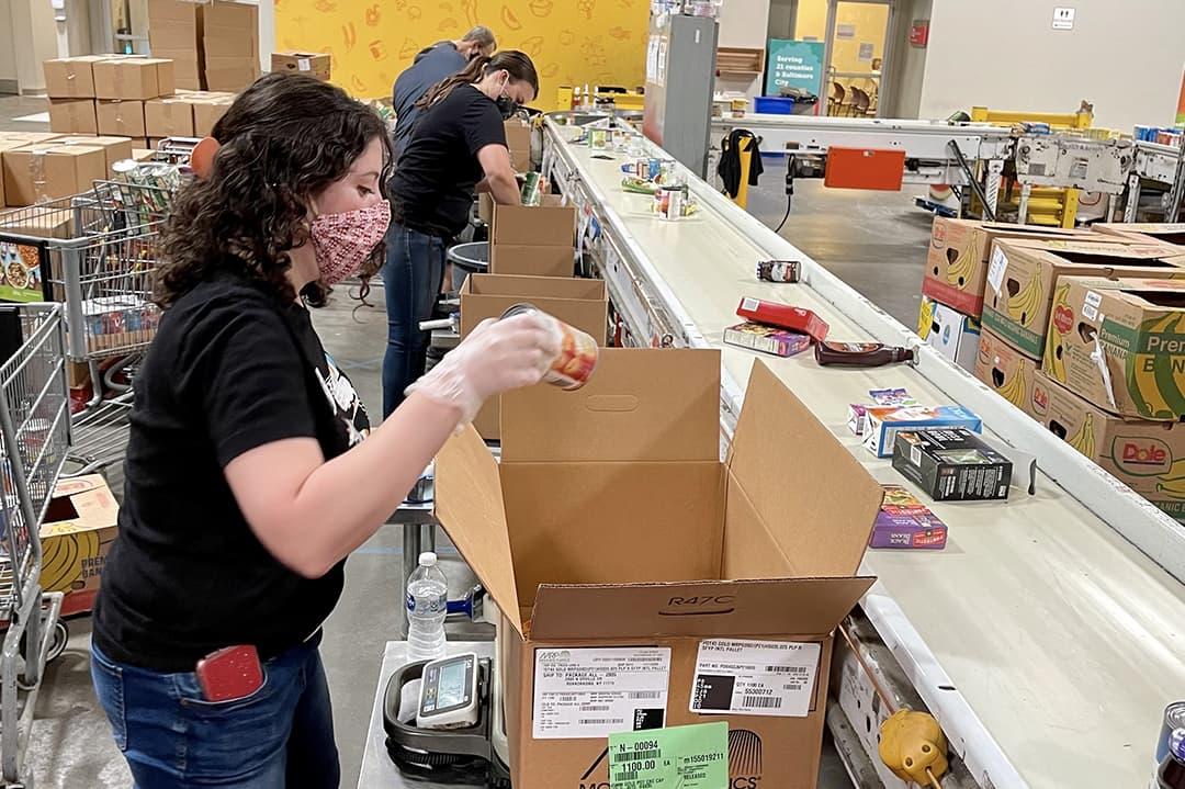 vectorworks-employee-packing-food-box-sq